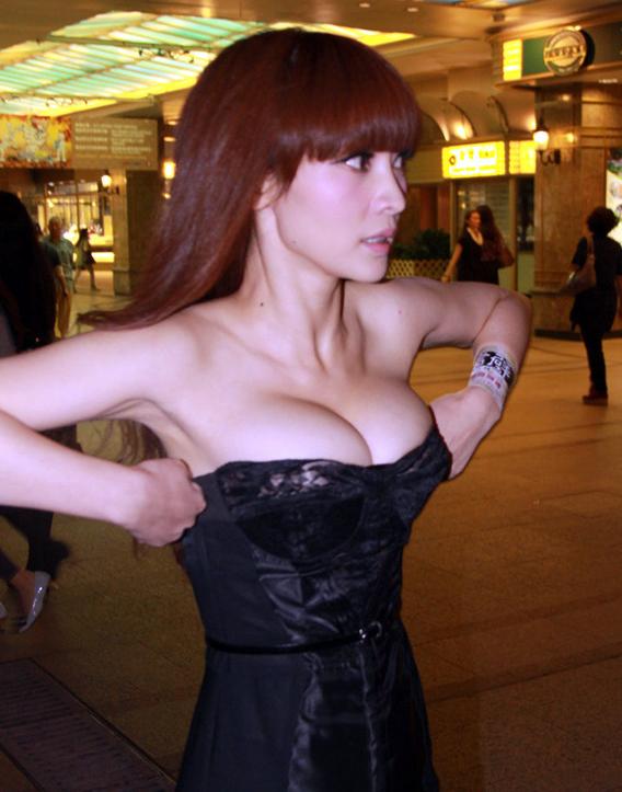 """柳岩自称是""""正常身材""""胸不大 私下属大妈类型"""