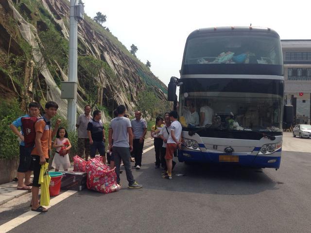 张家界查获客车载72人 司机好心载滞留旅客超载图片