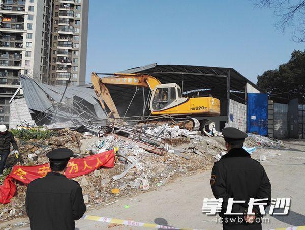 长沙4500平米违建仓库拆除 居民安心过平安年