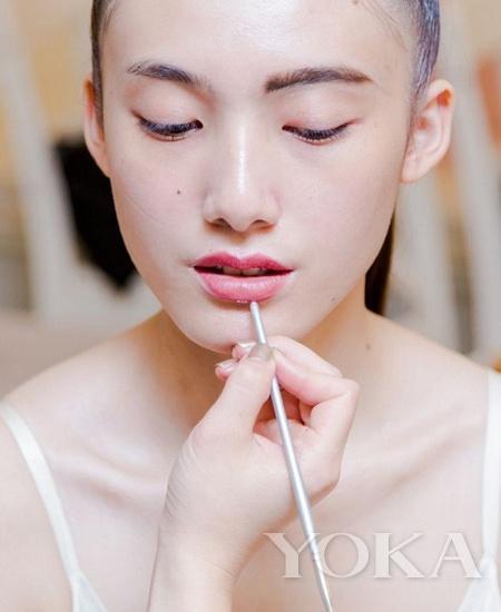 圆弧型画法 画出嘴唇微笑线-还能这样画 彩妆师不外传上妆神技图片