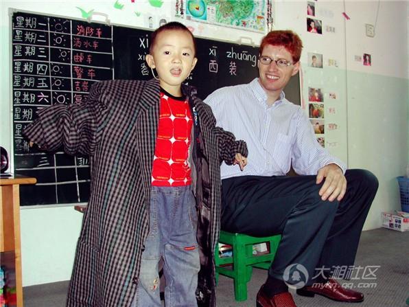 """长沙""""洋雷锋""""吴正荣开面包店帮聋哑儿童康复"""