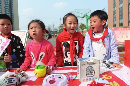 小学生义卖用品 将所得2万元捐给贫困儿童