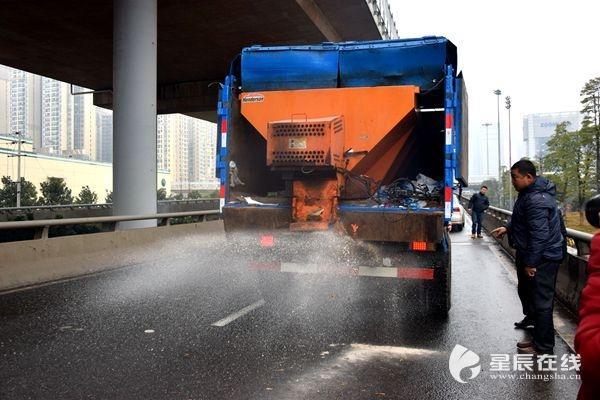 早晚撒盐控制桥梁道路结冰 城管部门保出行安全