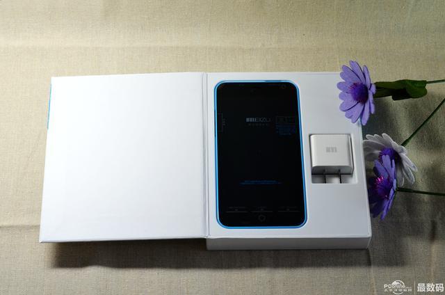 打开盒子首先能看到的是魅蓝手机和充电器.