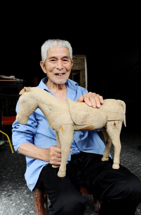 94岁抗战老兵的幸福生活:自学手工艺停不下来