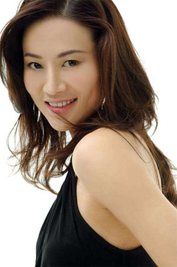 李雨霏在cctv模特大赛里,常着晚礼服惊艳亮相;《购物街》里