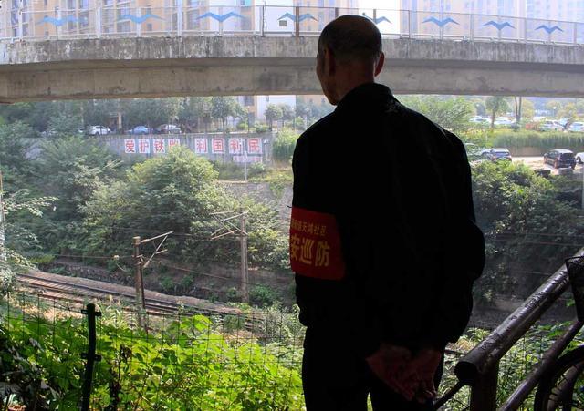 七旬老人立交桥下义务守护铁路,曾救下跳铁轨的轻生者