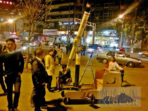 湘潭男子自制天文望远镜 长2.5米重150公斤(图