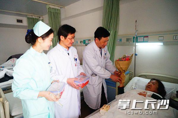 长沙好医生小年坚守岗位 给患者送饺子暖人心