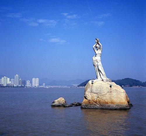 旅游 游神州 正文     珠海:珠海渔女   珠海风景秀丽的香炉湾畔,矗立