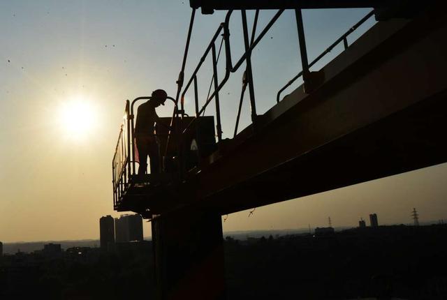 食指派:吊塔工人的双面人生