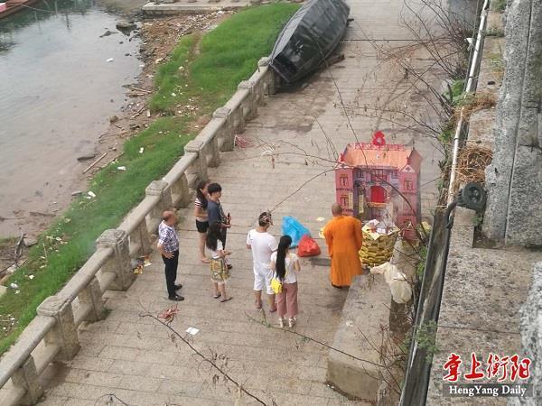 """衡阳有市民河边烧钱纸""""做道场"""" 损毁公益设施"""