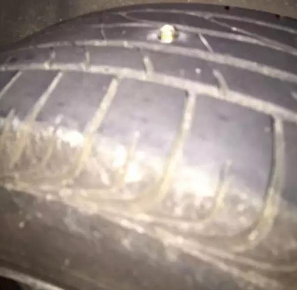 株洲一公路上有人撒钉子 致连续5台车爆胎