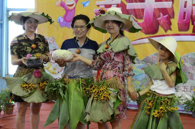 蔬菜水果做成原生态创意服饰 宁乡农庄上演亲子时装秀