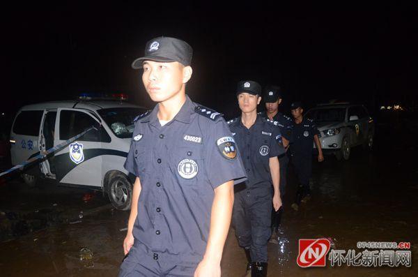 县公安局组织特警上街24小时巡逻