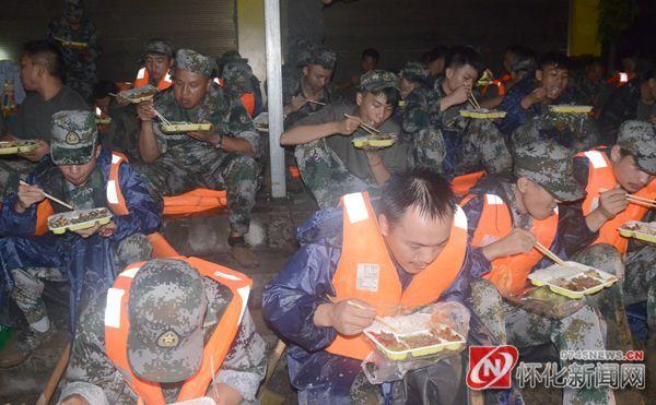 晚上8点28分,武警官兵才开始就地晚餐