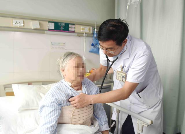 娄底老太冠心病手术前突发剧烈腹痛 原来胆囊内藏了110颗结石