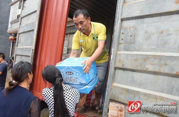 县民政部门工作人员在发放救灾物资