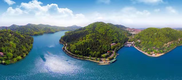 长沙石燕湖新年健步走 百名参与者拥抱大自然
