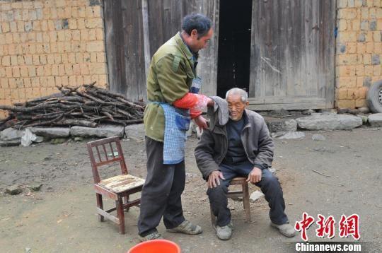 永州好心邻居义务赡养孤寡老人 30年如一日