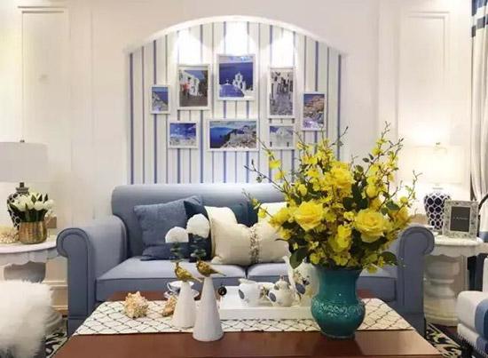 如地毯的宝蓝色,沙发的静谧蓝以及壁纸的浅蓝色,再配上柔和又明亮的