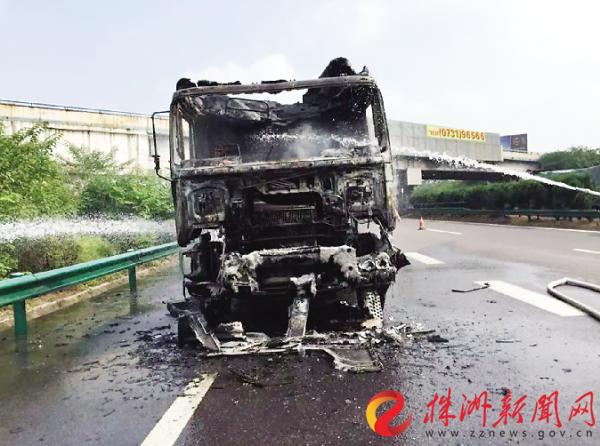 挂车载29吨钢材在京港澳高速株洲段自燃 车头烧毁