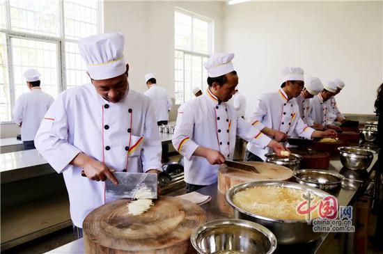 图:参加厨艺培训的回归体验中心学员。摄影周建华