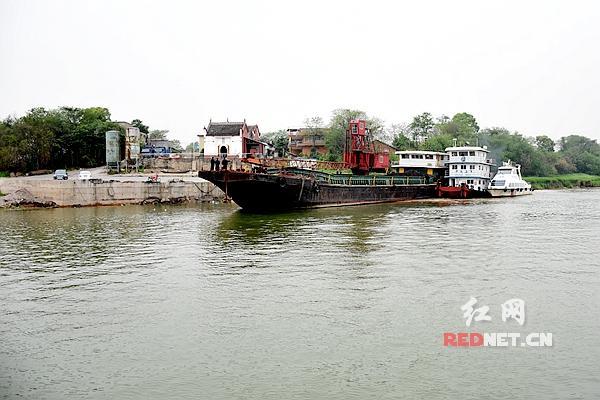 湘潭市红盹�dy�^�_在湘潭市雨湖区犁头嘴水域,一非法码头利用自然滩岸建设的非法起卸作