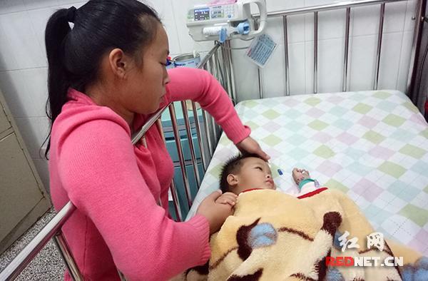 阳阳妈妈看着躺在病床上的孩子,后悔不已。