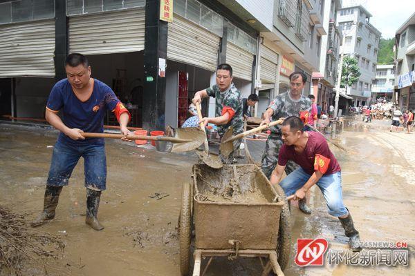 党员干部正在清扫街道