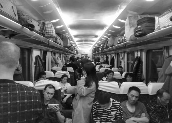 北上高铁几乎趟趟爆满 南下高铁仅剩少量余票