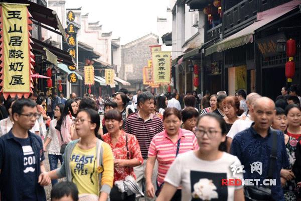 长沙靖港古镇迎游客高峰期 妙龄女上演旗袍伞秀