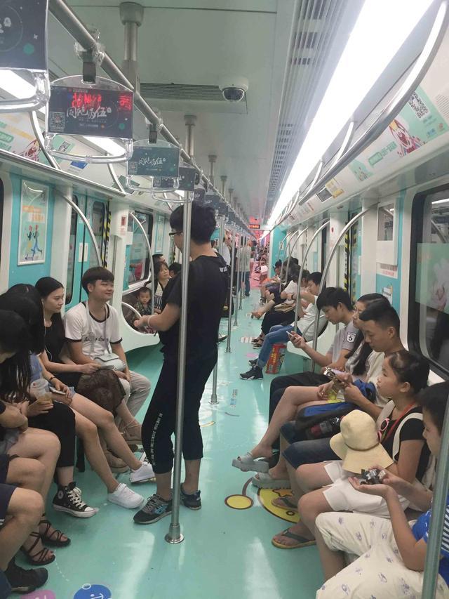 杨乐乐呼吁关注新生儿 首节育娃娃地铁车厢亮相长沙