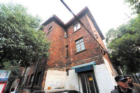 可看到一幢有着同样古旧外墙的三层筒子楼,红墙红瓦,就像苏联电影里图片