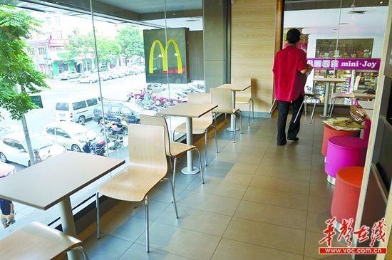 福区华夏的一家麦当劳店内空着许多座位.     摄 -麦当劳等洋快餐遭图片