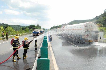 郴州一槽罐车高速被追尾 20吨天然气泄漏 图