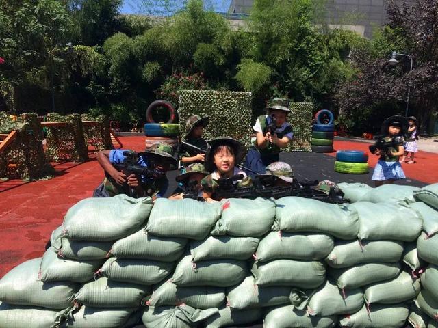 加入我们吧 凯恩国际幼儿园的老师们运用沙袋和轮胎作为遮挡物,同时图片