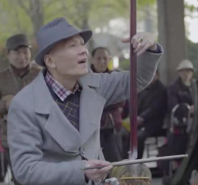他精通各种乐器 是湖南省内唯一演奏擂琴的人