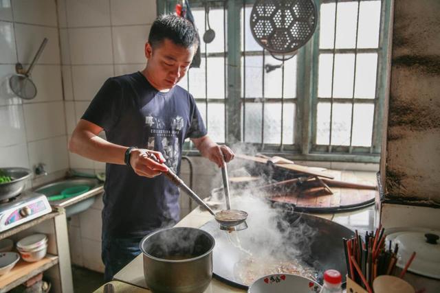 五一假游客天岳幕阜山亲自动手特色美味