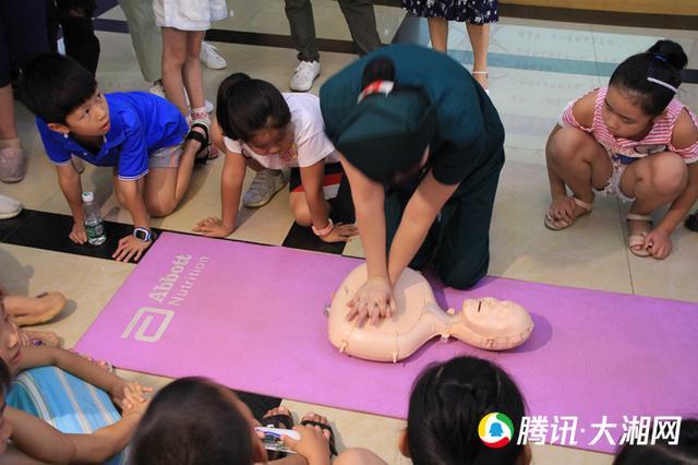 """溺水成暑假首要杀手 长沙60名儿童操练""""心肺复苏""""学急救"""
