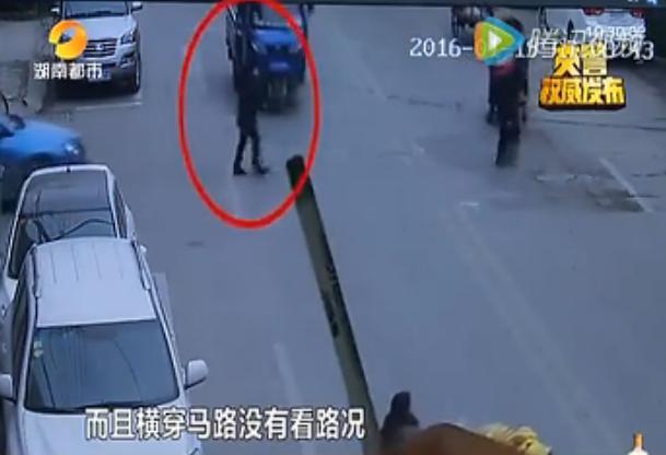 印度司机看了眼路旁美女横穿打电话撞死马路美女图片的娄底好看图片