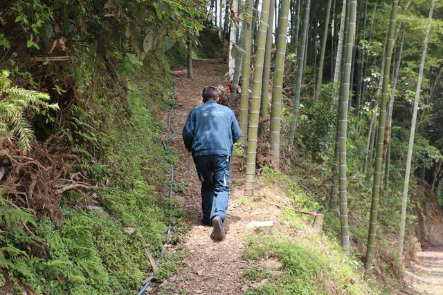 """""""大山苦行僧""""日行80公里 14年走一条""""长征路"""""""