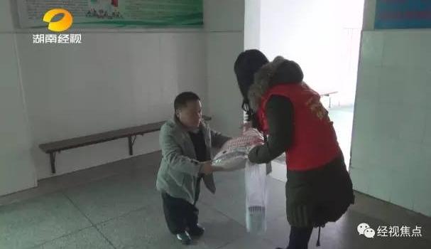 邵阳一对袖珍夫妻艰辛产子 却患上先天重症肺炎