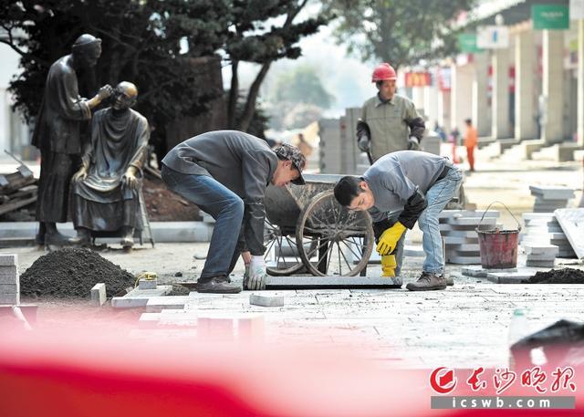 黄兴南路步行商业街道路景观恢复工程正在