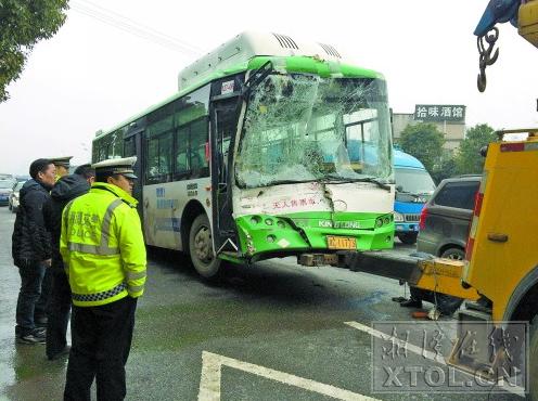 这辆车牌为湘c11773的公交车的右侧严重向内凹陷