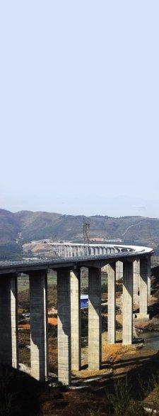2月22日,郴宁高速公路水龙互通立交桥。该桥现已全面完成五跨京港澳高速公路。图/记者陈勇 实习生杨旭