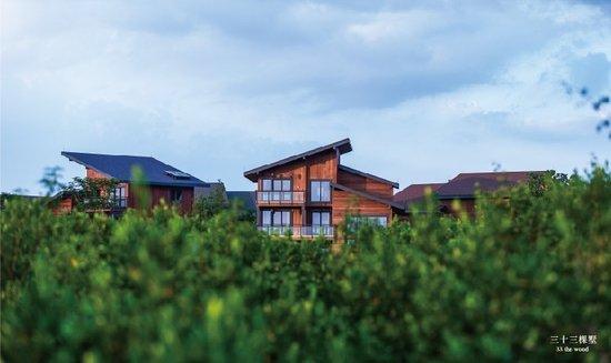 价格走势)新品组团33棵墅3套精装修样板房首次正式开放。  33套木屋产品被追捧 8月17日,富力海南红树湾项目正式推出红树林边上的33套独栋木屋,接受诚意登记,户型面积为240-306平方米的4至5房单位,毛坯均价约900-1200万元。这是全球首个红树林边上的亲水木屋。 在活动当日,记者在现场看到,该项目销售中心人潮涌涌,样板房的看房者更是络绎不绝。据销售人员介绍,看房客大部分来自北京、上海、广州、哈尔滨等地,这部分人买房的目的主要以度假为主。 来自上海的丁先生告诉本报记者,第一次见木质结构的别墅,