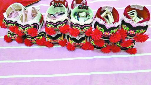 虎头鞋上绣的花是苹果花,寓意孩子平安,健康.