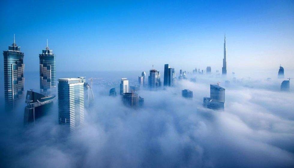 摄影师高楼拍摄迪拜雾中风景 似仙境空中楼阁
