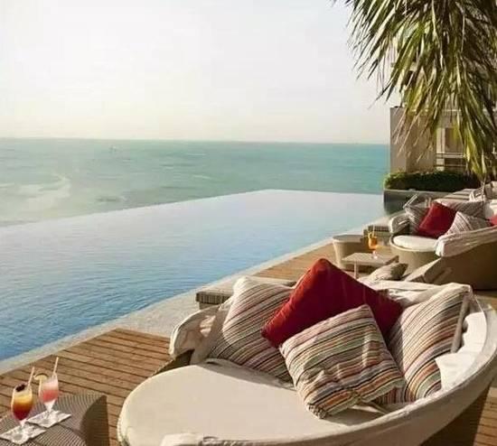 又一创意发现,在大海边的泳池旁,喝一杯,睡一觉